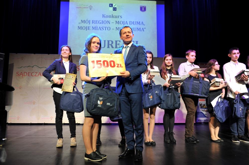 """Julka Cisak (klasa 3c) została laureatką wojewódzkiego konkursu wiedzy o Sądecczyźnie """"MÓJ REGION – MOJA DUMA, MOJE MIASTO – MOJA DUMA""""."""