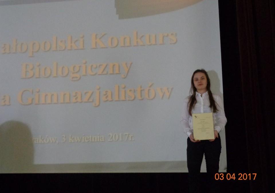 Julia Golińska odbiera tytuł Małopolskiego Konkursu Biologicznego